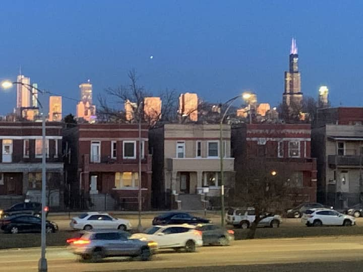 Loft apt, easy access to many Chicago hot spots!