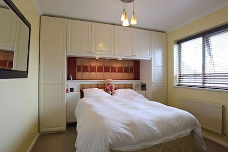 LUXURY ROOM WITH TV- 5 STAR RATINGS - Harlow