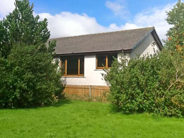 DORREY VIEW COTTAGE, pet friendly, with a garden in Halkirk, Ref 5135