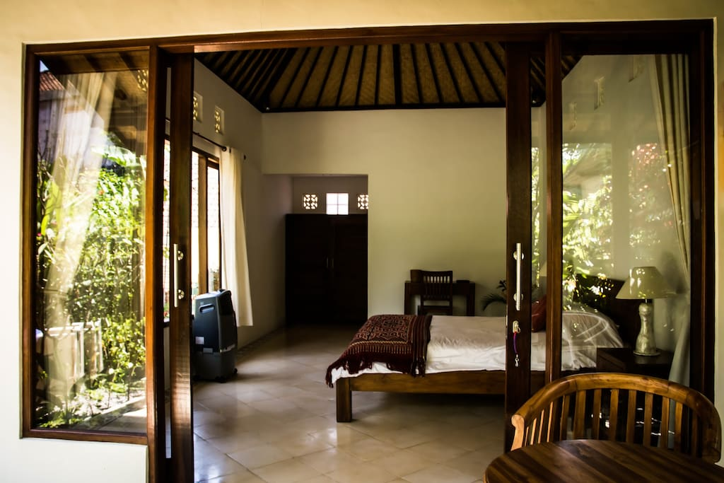 Fast fiber optic WIFI, A/C, TV, and a refrigerator make Rumah Tropis a good blend of traditional style with modern amenities.