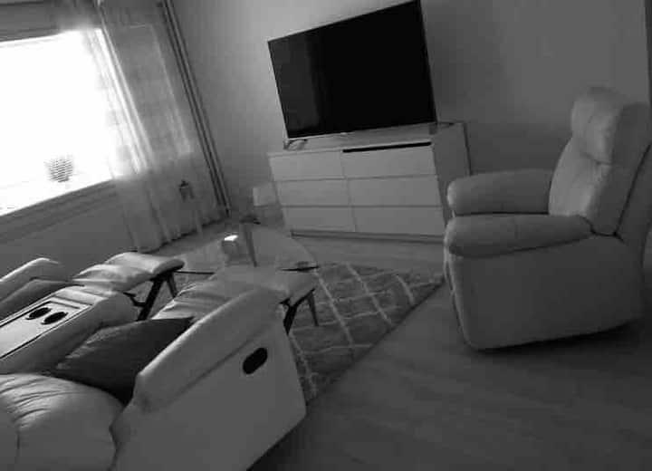 Valkoista harmaa siisti asunto