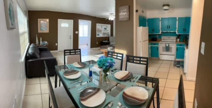 #1 Beach House & 4 Apts. Can Accommodate 18 Guests