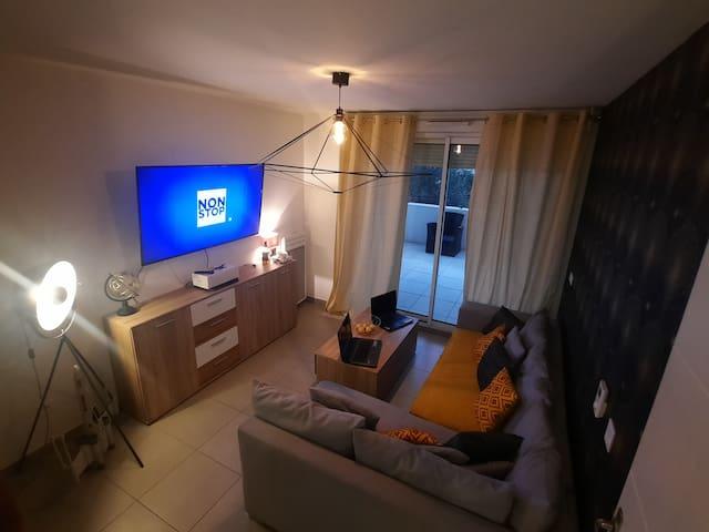 Jolie apartement design et lumineux bien équipé