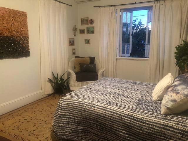 Unique Queenslander apartment - Central Location
