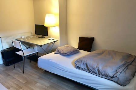 Dejligt lyst værelse med let adgang til byen