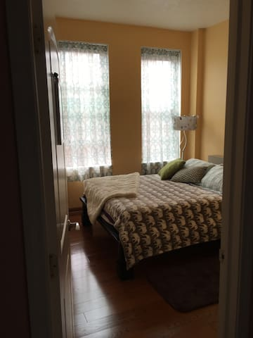 Cute private bedroom in Mexican War Streets - Pittsburgh - Selveierleilighet