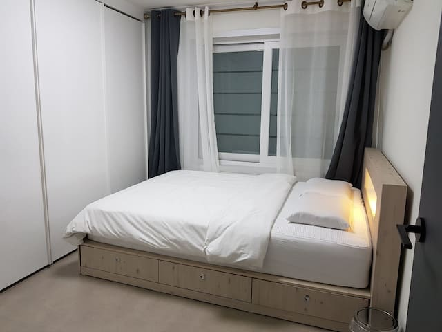 깔끔한 침구에 독립스프링라텍스 침대.라텍스베개~ 조용하고 편안한 인천계산동 아파트^^