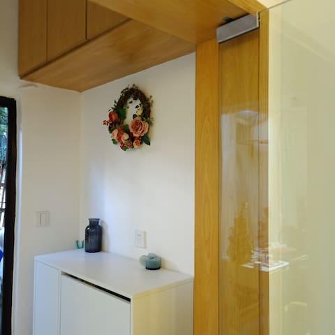 透明玻璃落地的玄关采光极佳门口还有个大鞋柜