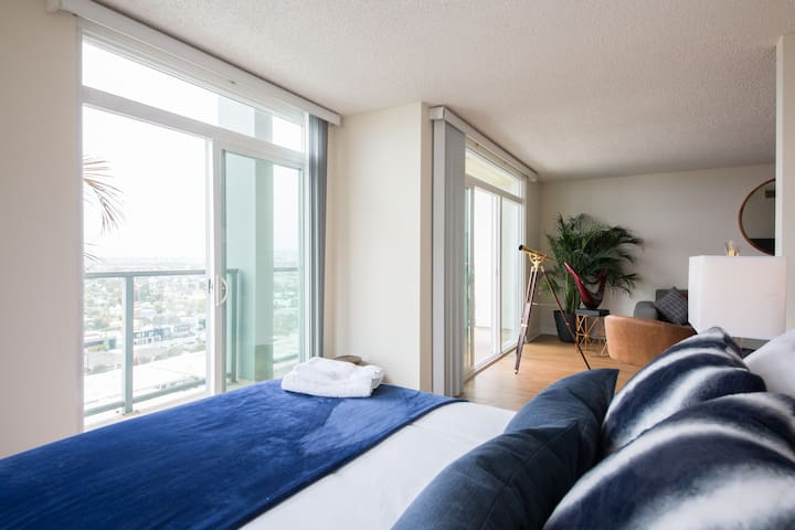 """The bright and spacious Blue Room - fall asleep and wake up to stunning views """"Privacy Screen is provided"""""""