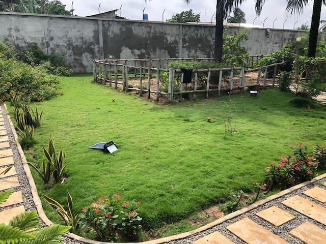 Villa entourée d'un grand jardin avec potager