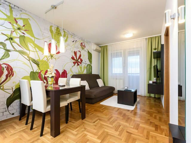 Modern apartment overlooking the city,free parking