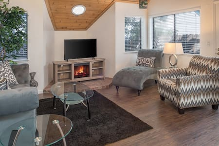 Newly Remodeled 2 Bdrm W/ Attached Garage & Pool - Sparks - Таунхаус