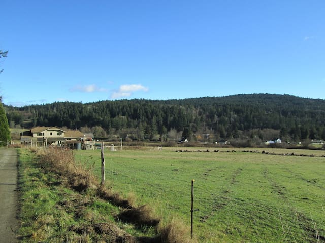 Farmhouse Suite - farmstay at Night Owl Farm - Salt Spring Island - Leilighet