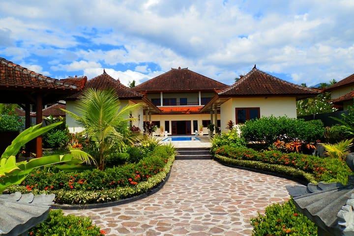 Bali Beachfront Villa Billabong - Bali - Casa de campo
