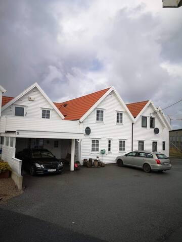 Stor, nyoppusset leilighet i sjøkanten