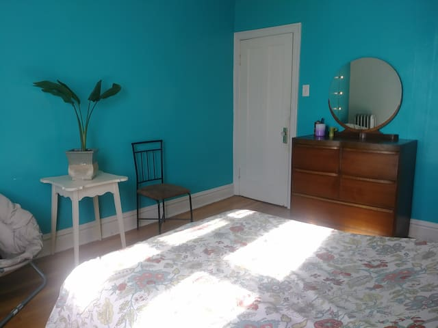 *Turquoise*Room*in*ArtsyApt*