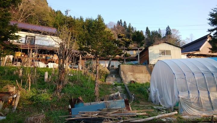 山村の古民家。畑、養鶏、ワナ猟、DIYなど田舎暮らし体験の後で酒を飲みましょう。