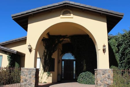 Secluded high end 5 bedroom retreat on 8 acr ranch