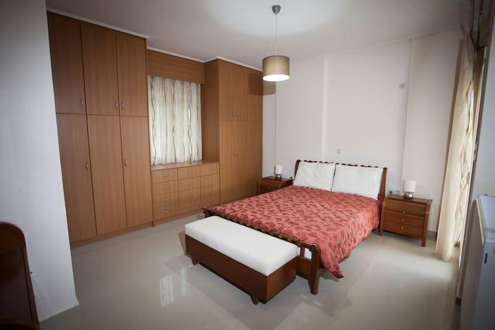 Άνετη κρεβατοκάμαρα με μεγάλες ντουλάπες