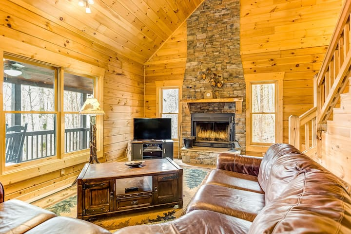 Majestic log cabin w/ private hot tub & firepit + Ping-Pong & pool tables!
