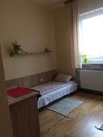pokój 2 osobowy nr 4,na pietrze,wsólna łazienka - Katowice - House