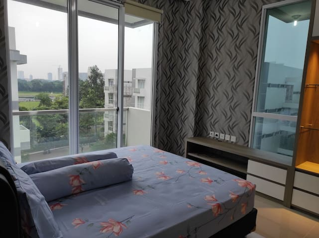 ruang tidur utama dengan balkon yang layak pakai