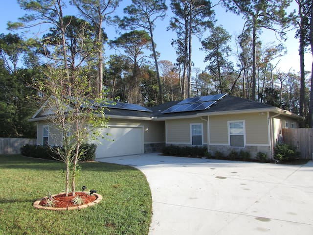 Big-Dog Friendly, Solar-Powered Home, Southside - Jacksonville - Huis