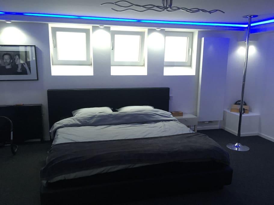 Schlafebereich mit Kingsize Bett (220x200)