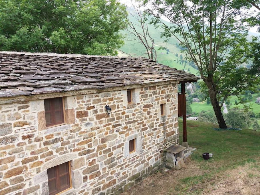 Lateral y tejado de lascas de piedra (construcción tradicional)