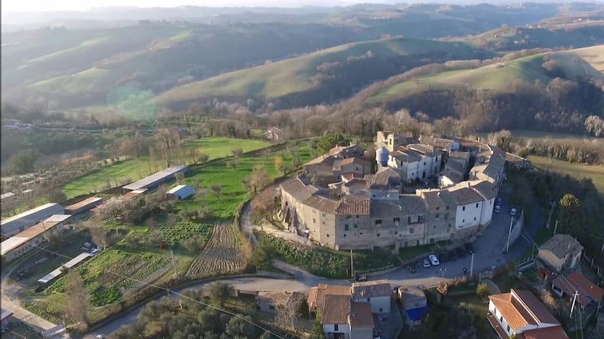 Delizioso app.to in borgo medievale per 7 persone.