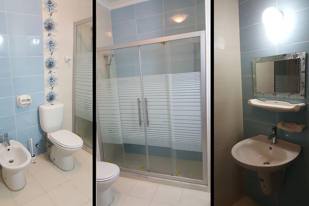 Main bathroom with shower