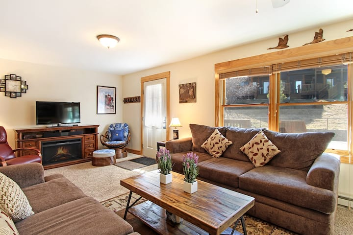Notchtop Mountain 205 - 2 Br condo with fireplace, Marys Lake and mountain views!