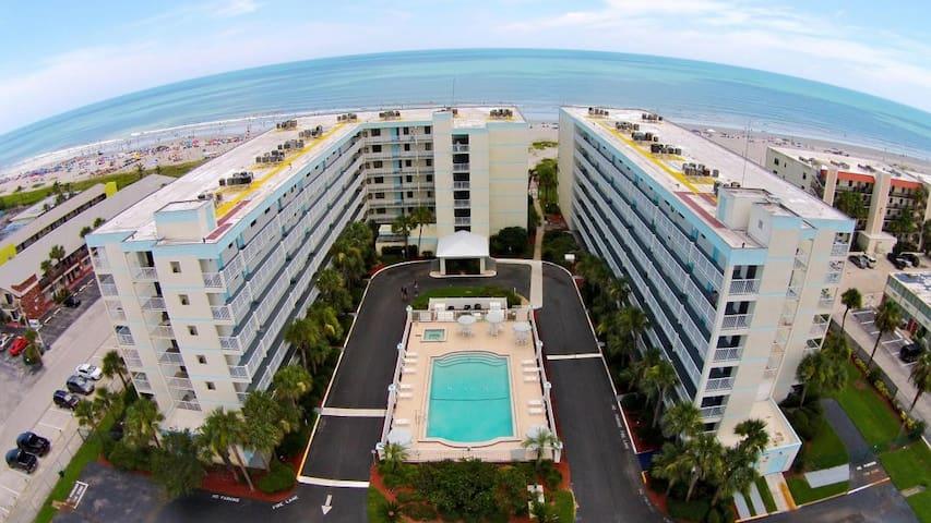 Perfect Cocoa Beach Getaway right on the beach! - Cocoa Beach - Appartement en résidence
