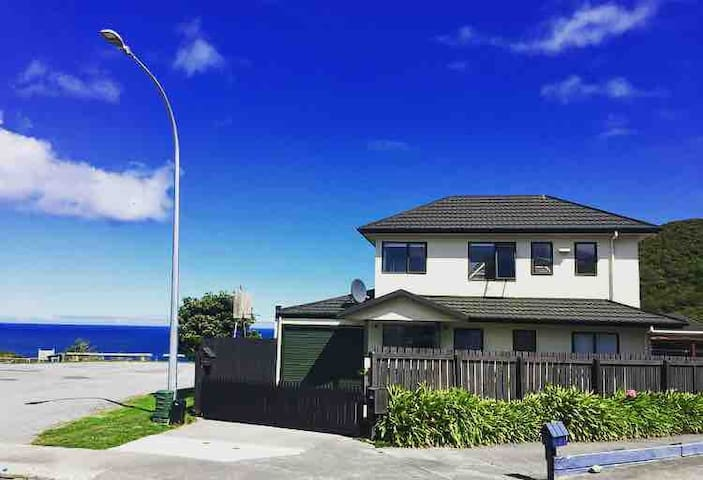 QUIET HOME WITH OCEAN VIEWS- CLOSE TO AIRPORT