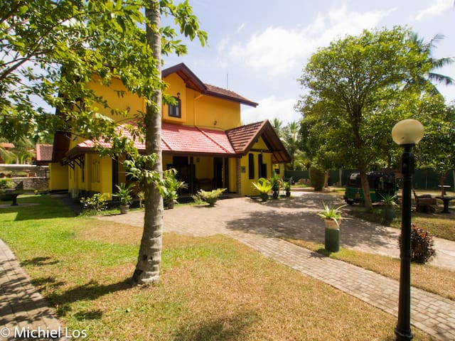 Resort Like No Other, airport hotel family room - Gampaha - Boutique hotel