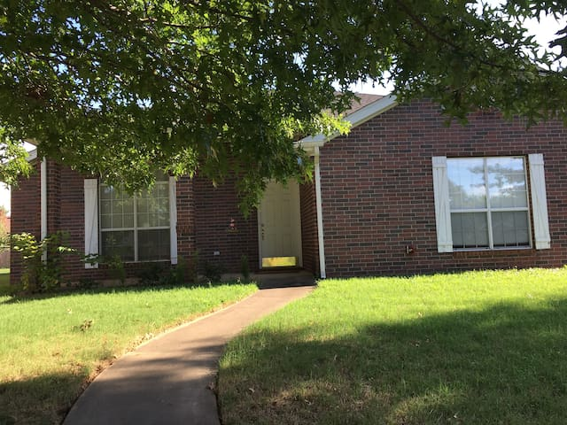 Newly Renovated Three Bedroom Home close to I-49! - Fayetteville - Maison