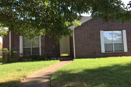 Newly Renovated Three Bedroom Home close to I-49! - Fayetteville - Casa