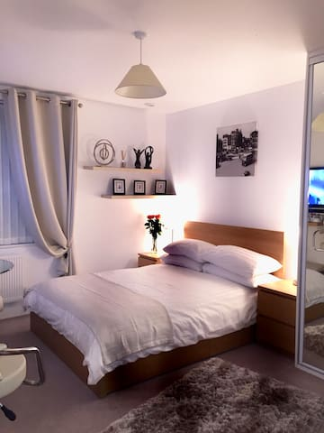 Ensuite Double Room in Isleworth near Syon Park.