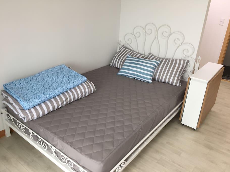 더블침대입니다. Double bed.침대커버, 베게커버, 이불은 손님이 바뀔때마다 새걸로 교체합니다. 깨끗해요~ Clean~~