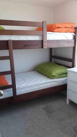 Habitación con camarote (cama cucheta) tambien incluye sábanas, almohadas y cobertor. Tiene una cómoda para guardar lo que quieras y closet