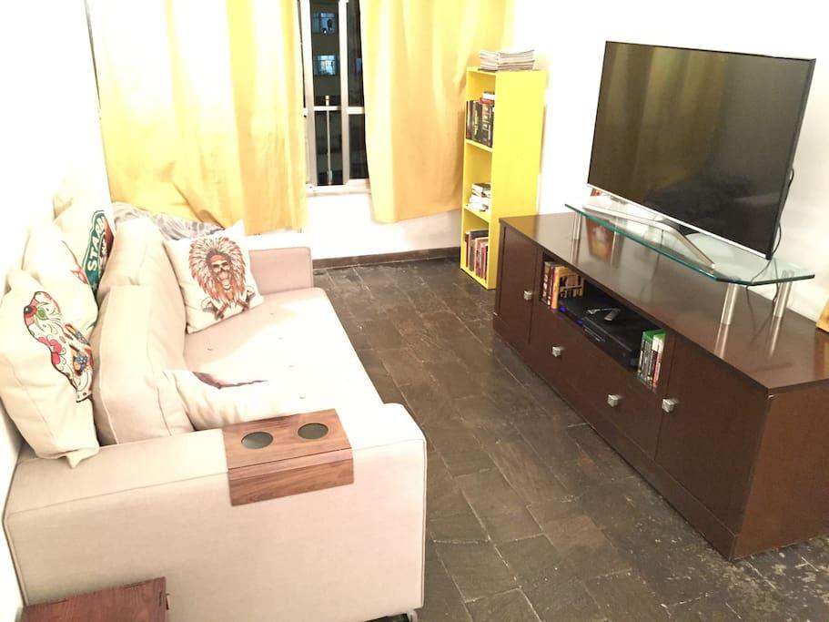 Sala de televisão com espaço para leitura