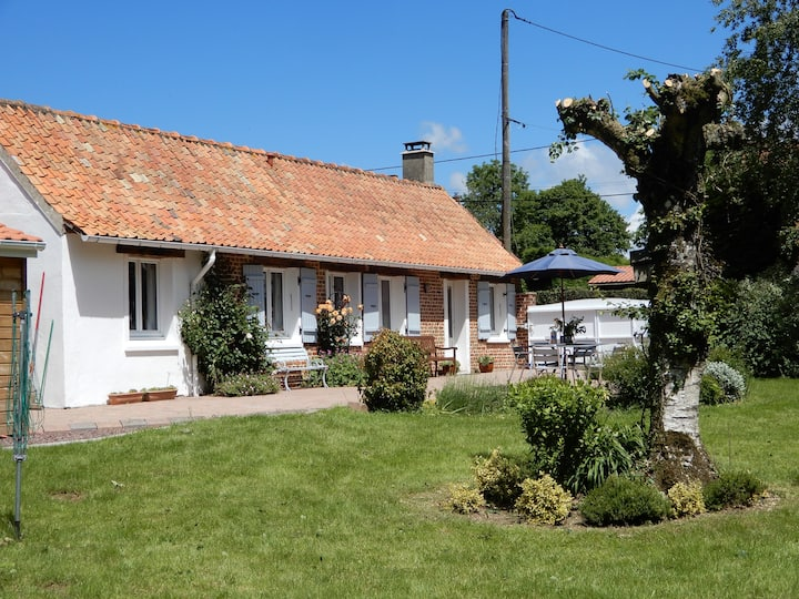 Cottage tranquille avec vue et grand jardin privé.