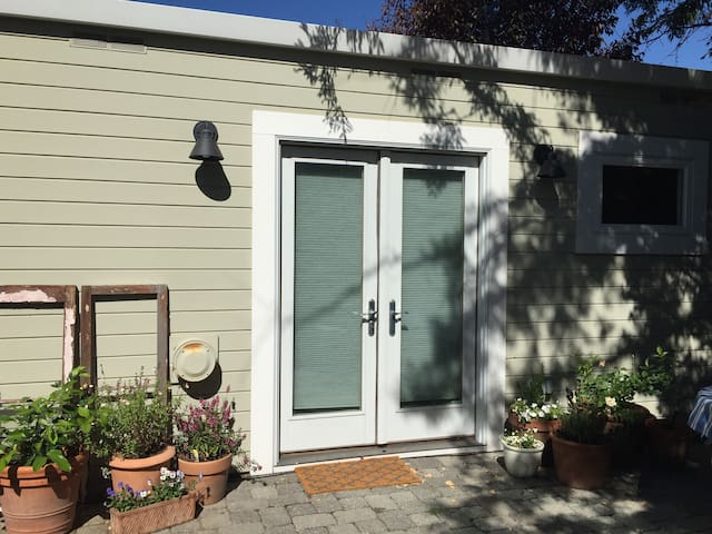 Charming Private Quiet Backyard Studio