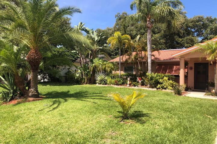 Tropical Oasis Home,Tiki Hut Pool! Walk to Beach!