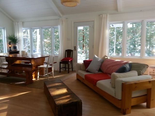 maison chaleureuse , bordée de cèdres