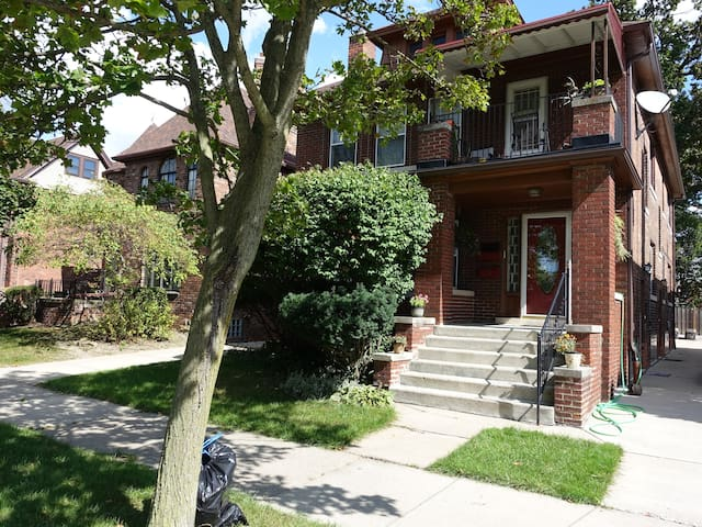 Spacious Lower Flat in Grosse Pointe Park, MI