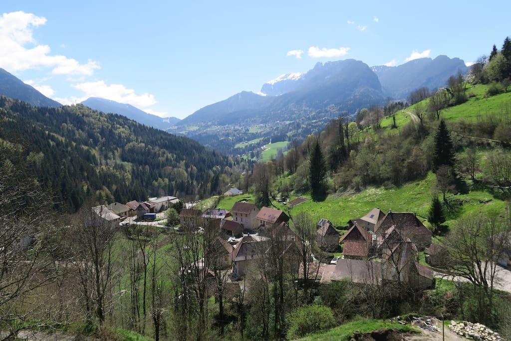 Le hameau avec au fond le GRAND SOM