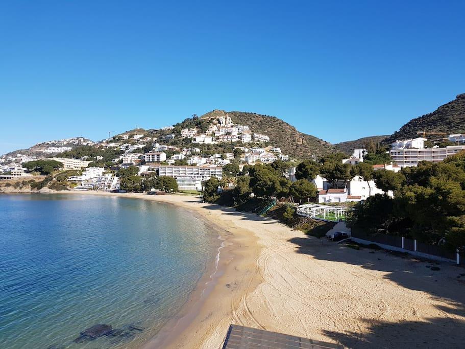Aux pieds de la splendide plage de L'Almadrava