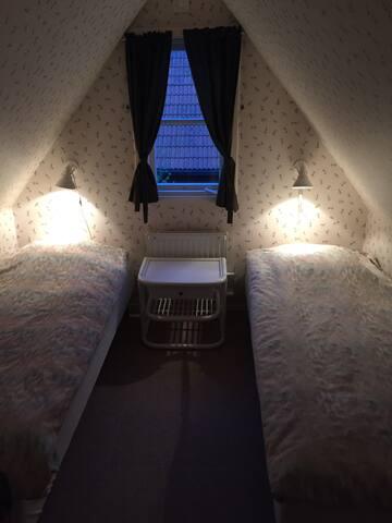 Så här söta är sovrummen i gäststugan