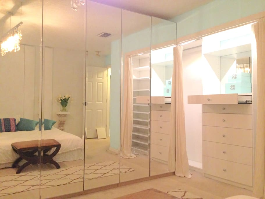 wall to wall mirror doors closet, make the espace brigther and airy